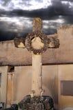 Het kruis van de steen in de begraafplaats Stock Afbeelding