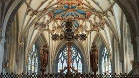 Het Kruis van het kruisbeeldscherm tegen Plafond in Tewkesbury-Abdij stock foto