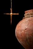 Het kruis van Pasen en wijnkruik stock afbeeldingen
