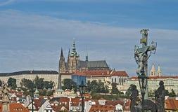 Het Kruisbeeld en Calvary, Charles Bridge, Praag, Tsjechische Republiek Stock Foto's