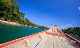 Het kruisen met houten boot in duidelijke blauwe hemel royalty-vrije stock afbeeldingen