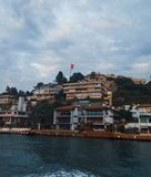 Het kruisen rond Bosphorus - Ortakoy stock foto