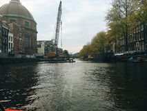 Het kruisen van het grote kanaal van Amsterdam stock afbeeldingen