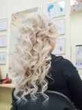 Het Krullende blonde haar Sluit omhoog Verticale mening royalty-vrije stock fotografie