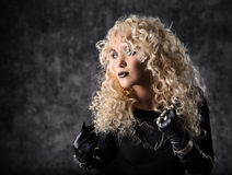 Het krullende haar van het vrouwenblonde, schoonheidsportret in zwarte Stock Foto