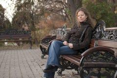 Het krullende het meisje van de blonde ontspannen in een park Stock Fotografie