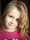 Het krullende jonge meisje van het blondehaar Stock Fotografie