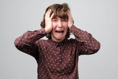 Het krullende jonge vrouw schreeuwen Het concept van de droefheidsemotie stock afbeelding