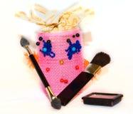 Het krulspeldenwijfje wordt verzameld om make-up met een borstel voor te doen bloost, bru die Stock Afbeelding