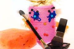 Het krulspeldenwijfje wordt verzameld om make-up met een borstel voor te doen bloost, bru die Stock Afbeeldingen
