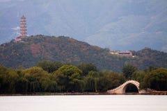 het Kunming-meer, Yudai-brug in de Zomerpaleis en de Yuquan-Toren op de Yuquan-Heuvel Stock Foto's