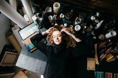 Het kunstenaars` s meisje ligt op de lijst Creatief knoei Royalty-vrije Stock Afbeelding