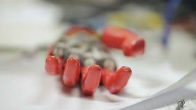 Het kunstmatige bionische wapen beweegt zich op lijst in technologisch medisch laboratorium stock video