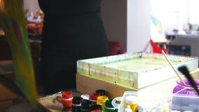 Het kunstwerk het schilderen - de vrouw trekt op water in Vloeibare Ebru-kunsttechnieken - gebeëindigd beeld stock videobeelden