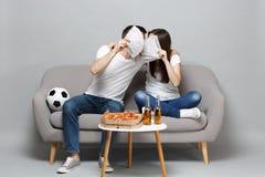 Het kussen de man van de paarvrouw de voetbalfans juichen steun omhoog favoriet team toe, behandelend gezicht met ventilator van  stock foto's