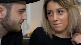Het kussen en het plagen jonge aantrekkelijke paar het drinken koffie stock video