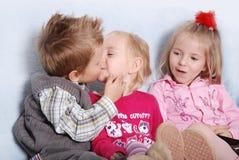 Het kussen jonge geitjes royalty-vrije stock fotografie