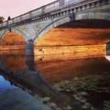 Het kussen op de brug Stock Afbeeldingen