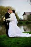 Het kussen van de bruid en van de bruidegom Stock Foto's