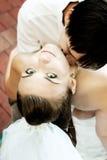 Het kussen van de bruidegom de hals van de bruid Royalty-vrije Stock Fotografie