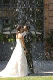 Het kussen van de bruidegom en van de bruid Royalty-vrije Stock Foto