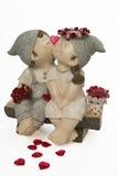 Het kussen van de jongen en van het meisje met rode hart en rozen Royalty-vrije Stock Foto