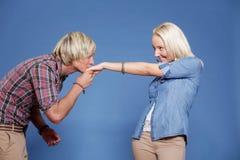 Het kussen van de man de hand van de vrouw. Stock Foto's