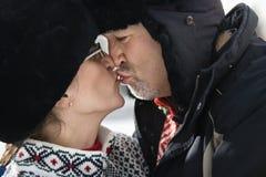 Het kussen van de man en van de vrouw. royalty-vrije stock foto's