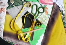 Het kussen van de Patchworkystoel & naaiende hulpmiddelen op het Royalty-vrije Stock Foto's