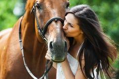 Het kussen van de vrouw paard Stock Fotografie
