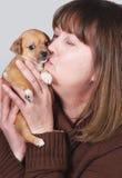 Het kussen van de vrouw puppy Royalty-vrije Stock Afbeeldingen