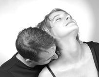 Het kussen van haar schouder Stock Foto's