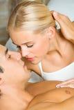 Het kussen van het paar bij slaapkamer Stock Foto