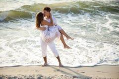 Het kussen van het paar bij strand. Stock Afbeeldingen