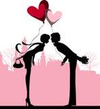 Het kussen van het paar boven de stad. Stock Afbeeldingen