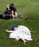 Het kussen van het paar in het park Stock Foto