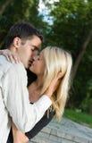 Het kussen van het paar, in openlucht stock foto