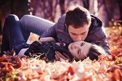 Het kussen van jong paar in liefde stock fotografie