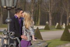 Het kussen van paar Stock Foto
