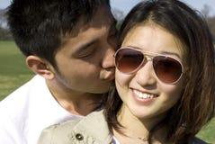Het kussen van zijn meisje Stock Afbeeldingen