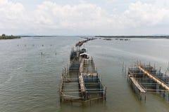 Het kweken van vis van de kooi in de rivier Royalty-vrije Stock Foto