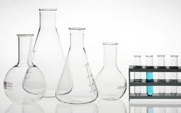 Het laboratorium geassorteerd glaswerk van het onderzoek royalty-vrije stock afbeeldingen