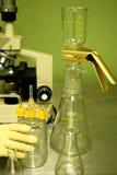 Het laboratorium van de microscoop en van het onderzoek Royalty-vrije Stock Afbeeldingen