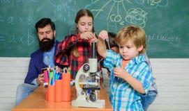 Het laboratorium van de schoolchemie Terug naar School Onderwijs concept Leerlingen in de chemieklasse gelukkige kinderenleraar royalty-vrije stock fotografie