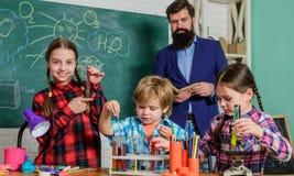 Het laboratorium van de schoolchemie Terug naar School Wetenschap en onderwijs Chemielaboratorium gelukkige kinderenleraar Labora royalty-vrije stock foto's