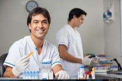 Het Laboratorium van technicusanalyzing sample in royalty-vrije stock foto
