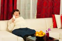 Het lachen bejaarde het drinken melk Stock Afbeeldingen