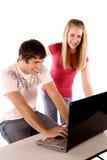 Het lachen bij computer Stock Foto's