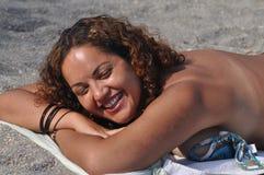 Het lachen bij het Strand Royalty-vrije Stock Foto
