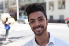 Het lachen Braziliaanse kerel in de stad royalty-vrije stock fotografie